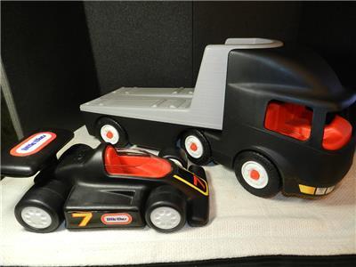 camion noir avec voiture de course la bo te jeux. Black Bedroom Furniture Sets. Home Design Ideas